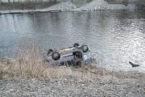 Osobní auto se ráno skutálelo do řeky poblíž barevné skály.