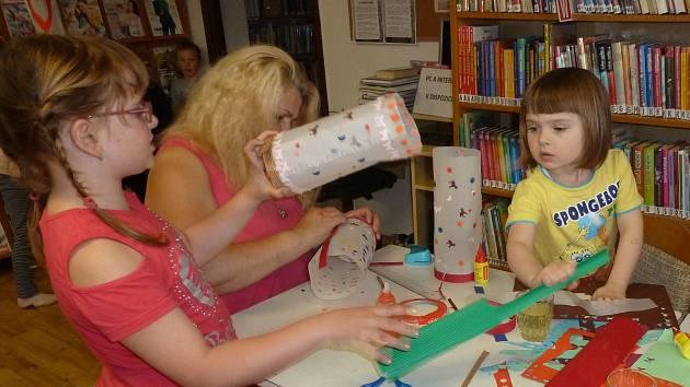 Veronika Mikešová z brložské Obecní knihovny pořádala lampionové tvoření. Na úterní průvod jsou tak děti dobře připraveny.