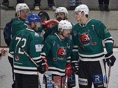 Po gólech hrajícího kouče Kamila Šťastného (uprostřed) krumlovští medvědi ve třetím finále dvakrát vedli, ale Strakoničtí ve finiši srovnali a v nájezdech byli šťastnější.