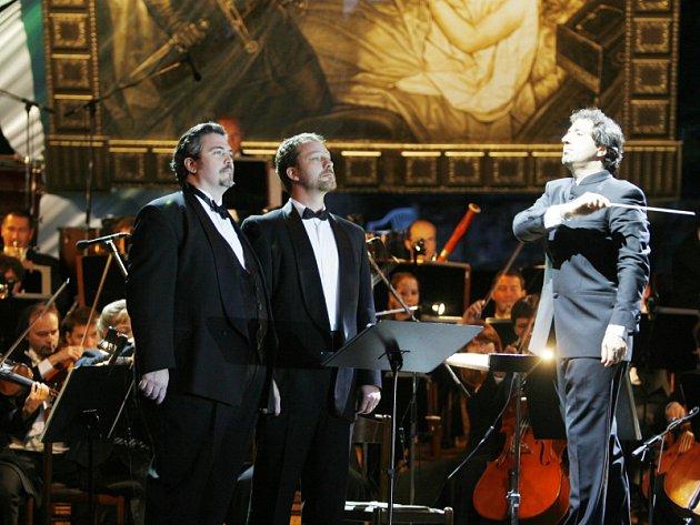 Pražskou komorní filharmonii dirigoval Daniel Raiskin  a  árie zpívali solisté newyorské Metropolitní opery:  Alison Bolshoi (sopranistka – není na snímku), Richard Zeller (baryton) a Eric Jordan (bas).