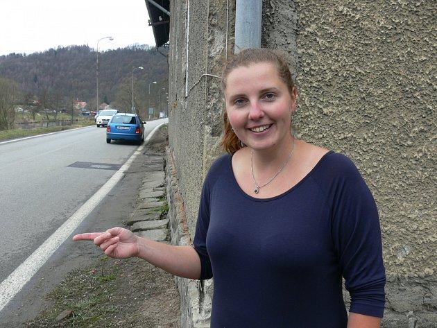 Silnici nebezpečnou pro chodce i pro vyjíždění, ukazuje místní provozovatelka hostelu Jitka Mondeková