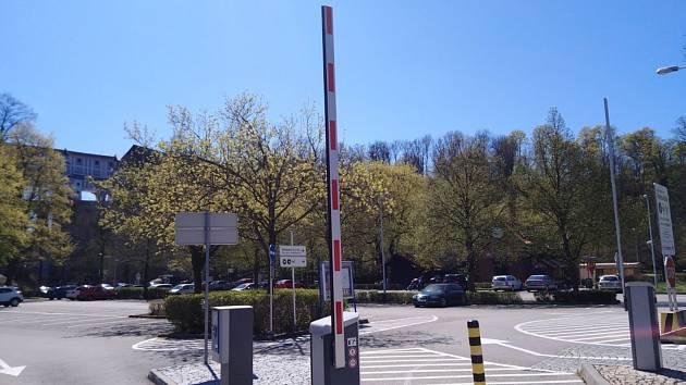 Parkoviště P1 pod zámkem Český Krumlov je v době nouzového stavu zdarma, stejně jako další městská parkoviště.