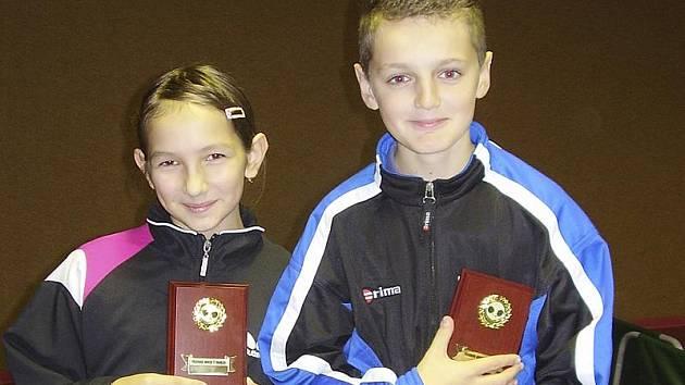 Stejně jako v minulém roce tituly okresních žákovských přeborníků v prestižní dvouhře vybojovali velešínská Veronika Javoříková a kaplický Marek Urazil (na snímku).