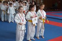 Při Turnaji mládeže JčSJK posbíraly krumlovské naděje řadu umístění na stupních vítězů (na snímku první a třetí zleva v kategorii minižákyň v kata stříbrná Anežka Kneiflová a v premiéře bronzová Zuzana Lustová).