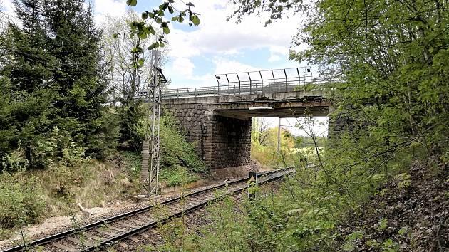 Most pod silnicí v serpentině E-55 je velmi špatném stavu. Rekonstrukce je nutná.