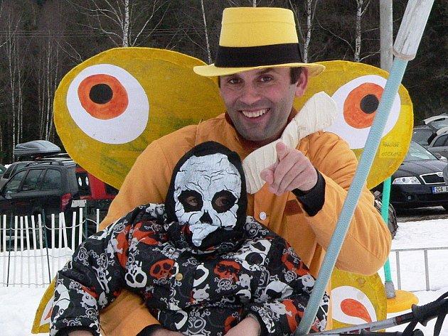 Sjezdovka Rohy u Brloha přivítala maškarní rej, při kterém lyžaři v maskách také závodili.