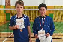 Krumlovští žáci Robin Tancer a Jaroslav Jelínek (zleva) se radují z další cenné republikové medaile.
