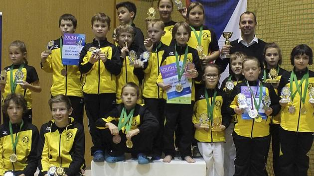 Bezmála dvacetičlenná výprava karatistických nadějí oddílu Panthers Český Krumlov vybojovala v krajské metropoli při třetím kole Ligy talentů a South Cupu týmů v součtu dvaačtyřicet medailí.
