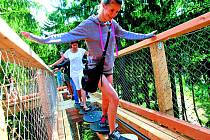 Stezka korunami stromů nenabízí jen úchvatné výhledy do okolí. Návštěvníci všeho věku si tady mohou vyzkoušet i množství adrenalinových atrakcí, které vznikly podél bezbariérové stezky.