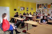 Oldřiška Baloušková, členka stávkového výboru, se studenty krumlovského gymnázia.