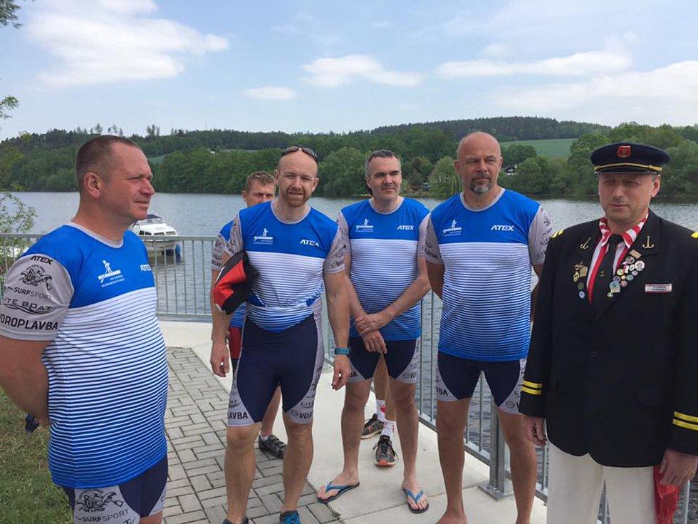 Zleva: Radek Šťovíček, Petr Kováč (vzadu) Vladimír Milota, Pavel Malinský a Václav Chalupa se členem spolku Vltavan.