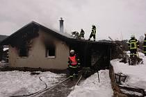 Interiér rodinného domku v Rožmitále na Šumavě kompletně vyhořel.