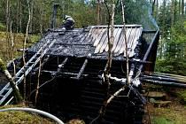 Požár srubu u Omlenice, části obce Stradov způsobil škodu za 200 tisíc korun.