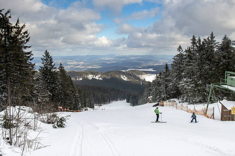 Výhled do krajiny ze Sternsteinu napovídá, že je jaro tady, na svazích ale leží ještě kolem půl metru sněhu.