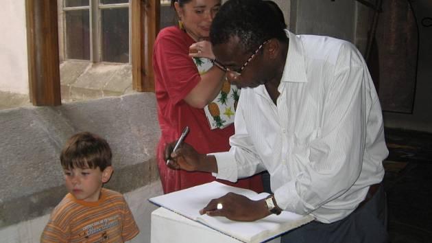 Přípravu výstavy si přišli prohlédnout i  afričtí rodáci.