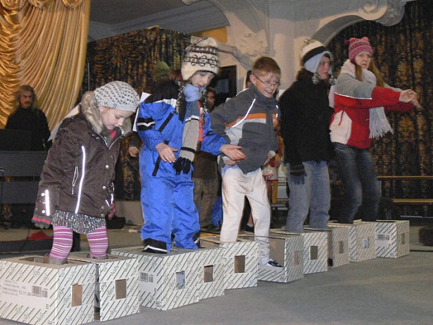 V zámecké Jízdárně se ve čtvrtek večer nejen hrálo a zpívalo, ale i sportovalo.