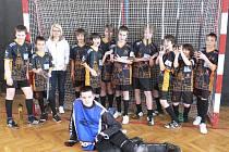 Tým českokrumlovských mladších žáků, který na posledním hraném turnaji v hale budějovického Meteoru obsadil bronzový stupínek.