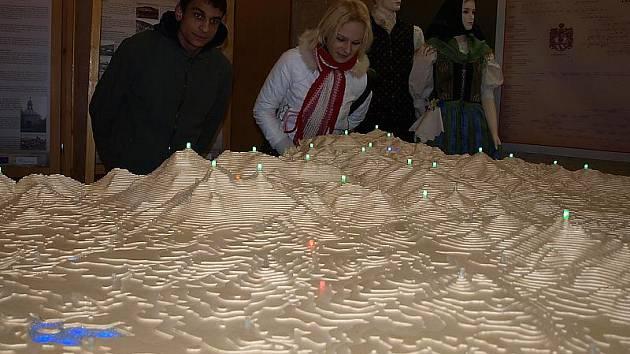 Na modelu Novohradských hor, který z překližky vyrobil Milan Koželuh z Nových Hradů, je co objevovat i po desítkách minut strávených jeho prohlížením. Unikátní dílo je až do 29. ledna k vidění v kaplickém infocentru.