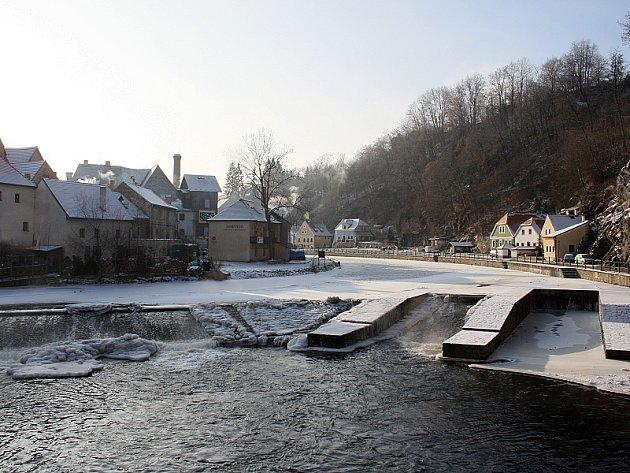 Hladina Vltavy dosáhla v důsledku ledovým příkrovů třetího povodňového stupně.