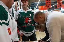 Hokejisté pozvali na stadion v pátek zastupitele. Přišlo jich pouze pět. Na snímku o den později při podepisování petice Oldřich Svoboda (vzadu) a podepisující Oto Schönbauer vpředu.