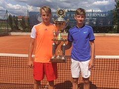 Vítězové čtyřhry na turnaji Světového poháru dorostu v Třeboni – českokrumlovský Martin Minárik a hlubocký Jan Mach (zleva).