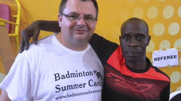 Trenér Radek Votava s ředitelem ugandského turnaje.