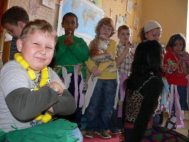 Páteční multikulturní den byl na Základní škole Linecká Český Krumlov věnovaný Africe. Mnozí žáci tedy pobíhali po škole v pestrých barvách a stylových doplňcích.