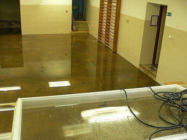 Vody sice už do tělocvičny nenateklo tolik jako při minulé průtrži, ale kolem deseti centimetrů vody v tělocvičně školy znovu bylo.