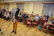 Hasiči se v Holubově na plese výborně bavili. Někteří členové soběnovského týmu se snažili tak moc, až se do hadice téměř zamotali.