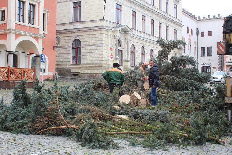 Pokus číslo jedna. Instalace vánočního stromu v pondělí na českokrumlovském náměstí.