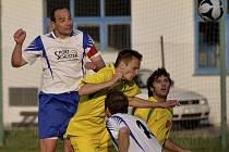 Rozhodující moment utkání se zrodil v 64. minutě, kdy čkyňský kapitán Martin Kvapil (vlevo) vyhrál vzdušný souboj s Michalem Kroupou a hlavou vstřelil jedinou branku zápasu.
