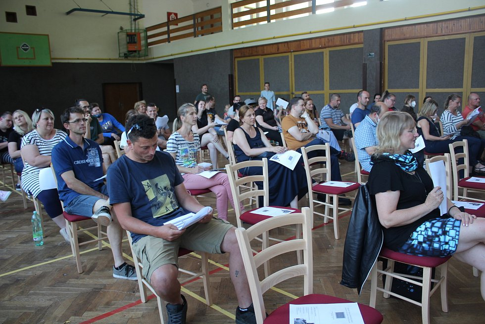 Obyvatelé Zlaté Koruny a okolí se v kulturním domě seznámili s projektem na obnovení školy.