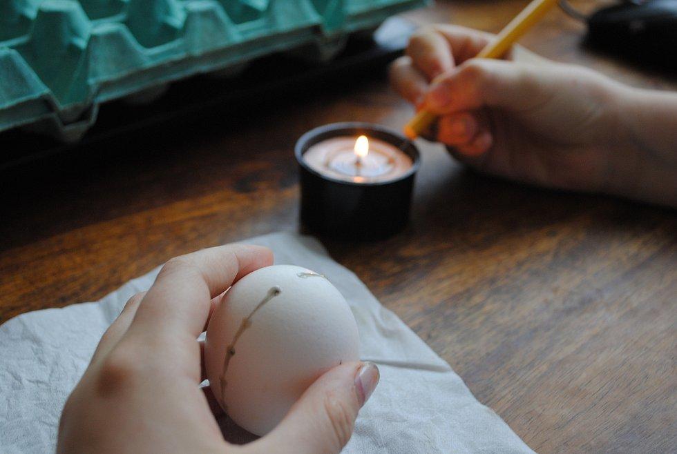 K malování stačí svíčka v kelímku, tužka se špendlíkem a trocha trpělivosti.