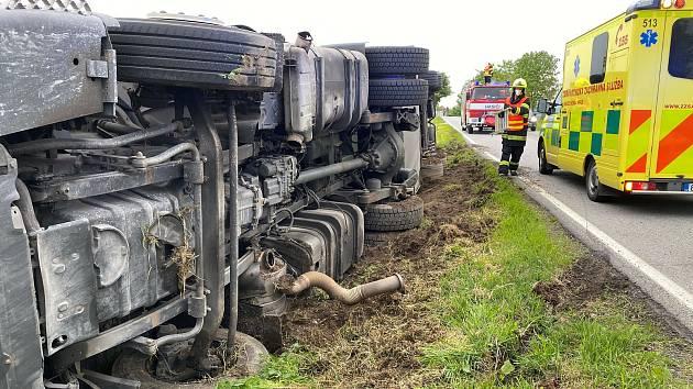 Kamion se převrátil na bok u Velešína.