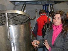 Na slavnostní otevření vyšebrodského pivovaru přišlo několik desítek lidí.