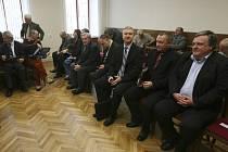 Českokrumlovští zastupitelé na židlích obžalovaných.