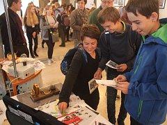 Žáci a studenti si vybírají budoucí vzdělání na tradiční burze škol. Ilustrační foto