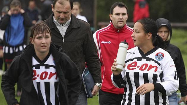 Poprvé v této sezoně odcházeli Kapličtí (zleva v popředí Hana Tomášová a Dagmar Vaňková, v pozadí zleva trenér Jaroslav Křiva a asistent Radek Tomáš) z domácího hřiště se svěšenými hlavami.
