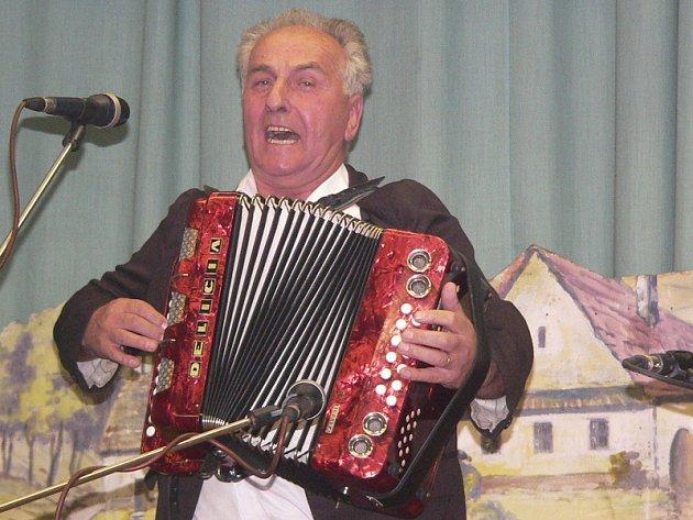 Téměř dvě stovky posluchačů si v sobotu nenechaly ujít tradiční Setkání heligonkářů v Kájově, s nimiž si často celý sál s chutí zazpíval. Na snímku Robert Kalenda z Moravy.