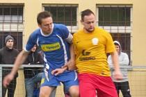 Už sedmou dělbu bodů v této sezoně si připsali fotbalisté kaplického Spartaku, kteří v pondělní dohrávce remizovali 2:2 v Kamenném Újezdu (vlevo Jakub Lesňák v souboji s domácím Ondřejem Bělohlavem).