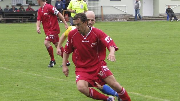 Vyhlášený bavorovický střelec Martin Kováčik (u míče, před čerstvým otcem Michalem Chromým) znovu potvrdil kvalitu a do křemežské sítě nasázel tři branky.