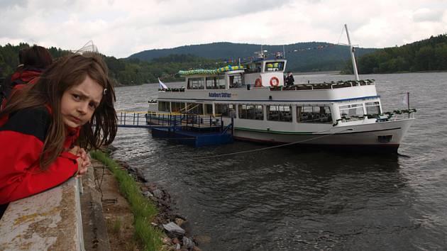 Rozbitím láhve sektu o stěnu kajuty pokřtili v sobotu v lipenském přístavišti zástupci místní dopravní společnosti novou loď Adalbert Stifter, jež bude na výletních plavbách pendlovat po největším českém jezeře mezi Lipnem nad Vltavou a Horní Planou.