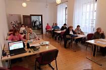 Na první přednášku univerzity III. věku dorazilo deset posluchačů. Knihovna dostala nové prostory, vč. učebny, k užívání minulý rok, využití pro ně má široké.