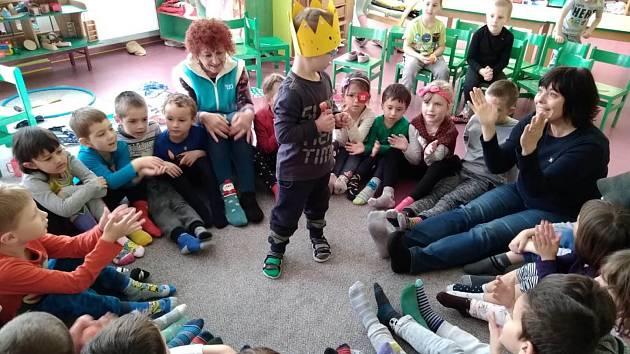 Do školky U tří žab na Vyšehradě chodí Šimonek s Downovým syndromem. Prospívá to jak jemu, tak ostatním dětem.