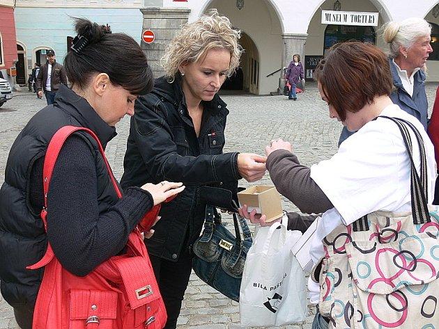 Zhruba 50 bílých pastelek prodala Lucie Havelková (na snímku vpravo) z Větřní za pět hodin v Českém Krumlově, kudy neustále prochází spousta lidí.