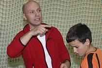 Trenér krumlovských nadějí Daniel Sedlák chválil ve Strakonicích zejména mladší žáky, kteří dobře zastoupili chybějící nemocné spoluhráče.