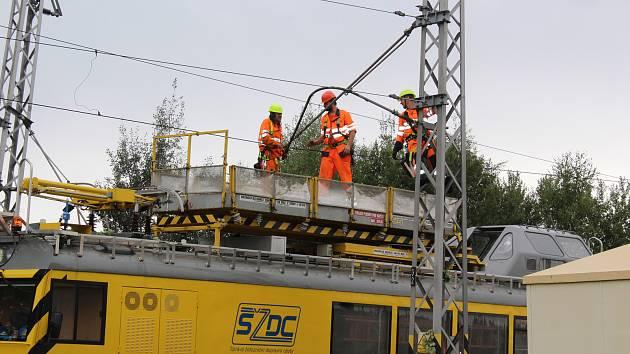 Pracovníci Správy železniční a dopravní cesty  zprovozňují trať na přejezdu Velešín Nádraží.