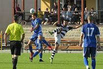 Kapličtí fotbalisté (v černobílém) doma zdolali Semice 2:1.