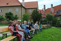 Klášterní zahrada v Českém Krumlově se večer promění v letní kino.