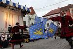 Své ukázky šermu a umu praporečníků doprovází skupina Grál Brno bubnováním.